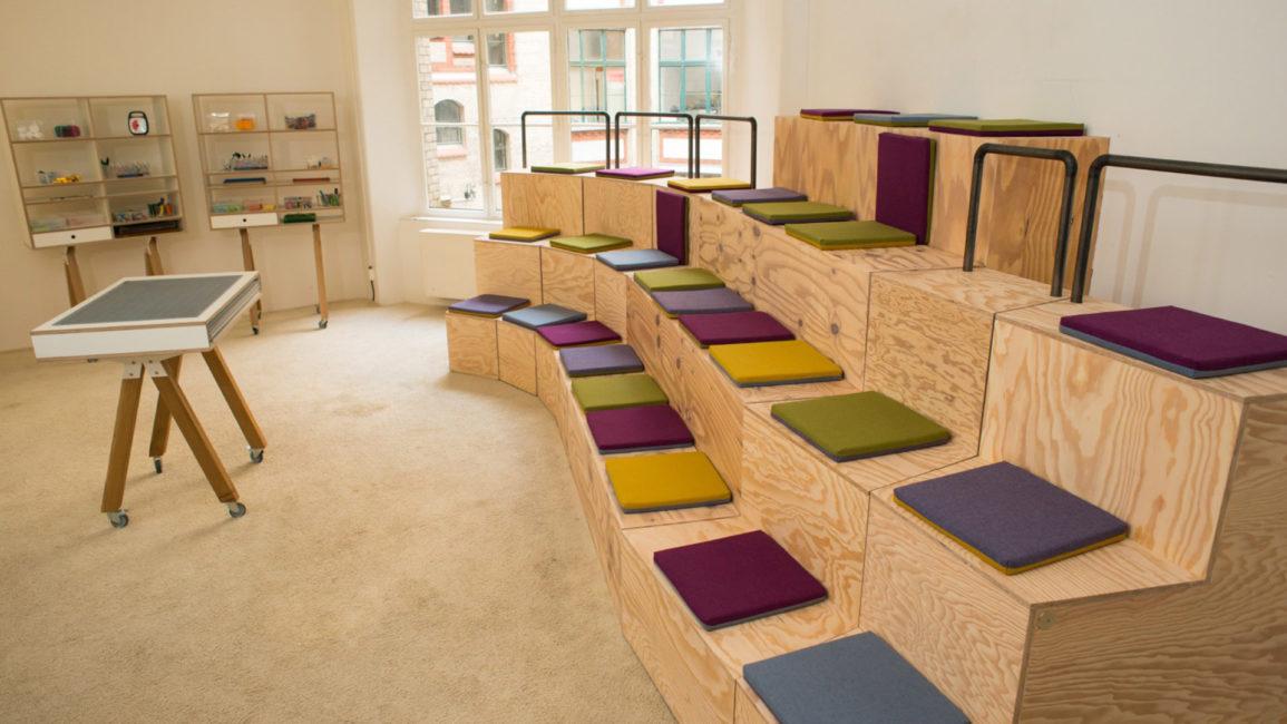 Tribüne mit Sitzkissen von Frau Caze in design-thinking Workshop Space