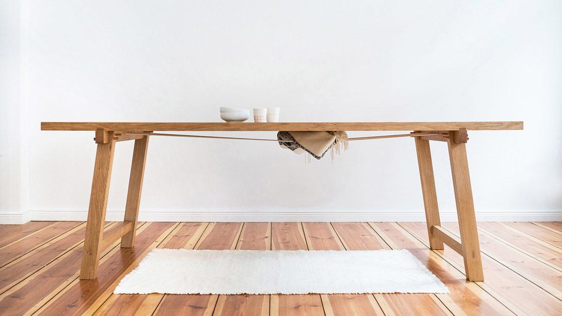 Eiche Tisch El Caballito mit in Gummiseile geklemmte Wolldecke unter der Tischplatte.