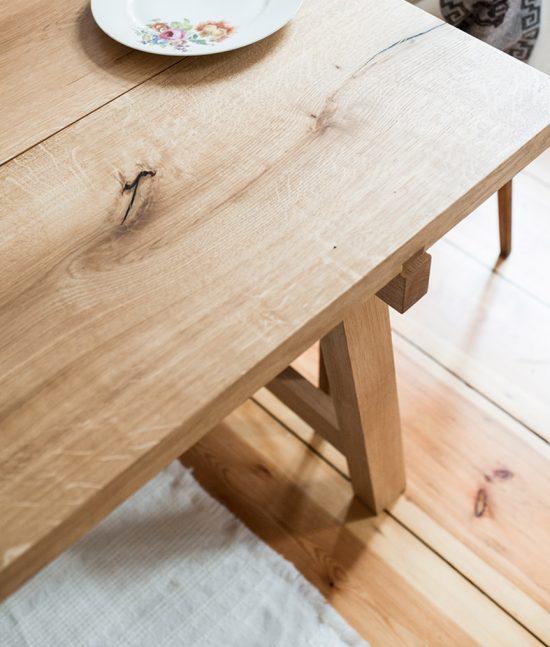 Eck Ausschnitt der Tischplatte mit Schwalbenschwanz-Zarge-Beinverbindung.