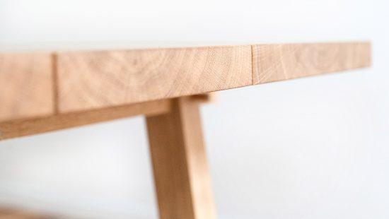 Tischplatte besteht aus drei unterschiedlich großen Eichen Bohlen, die jeweils durch eine Fuge getrennt auf der Zarge sitzen. Eiche geölt.