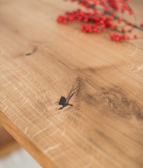 Tischplatte bestehend aus drei geölten Eichen Bohlen mit Ästen und lebendigen Maserungen.