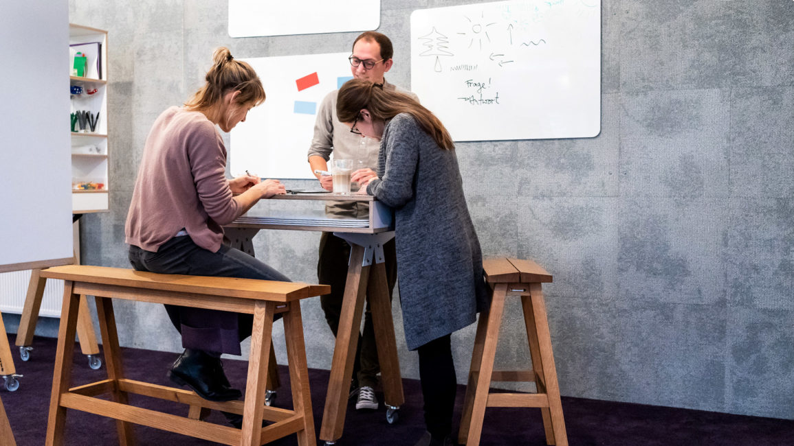 Stehbank Bock, Workspace, launchlabs, Stehhocker, Design Thinking Möbel, Design Thinking Furniture, standing bench, high bench